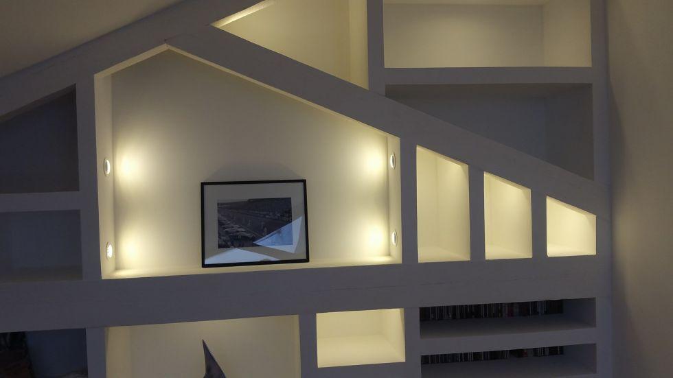 Bibliotheque mise en valeur centrale dun tableau avec un éclairage par spot led extra plat